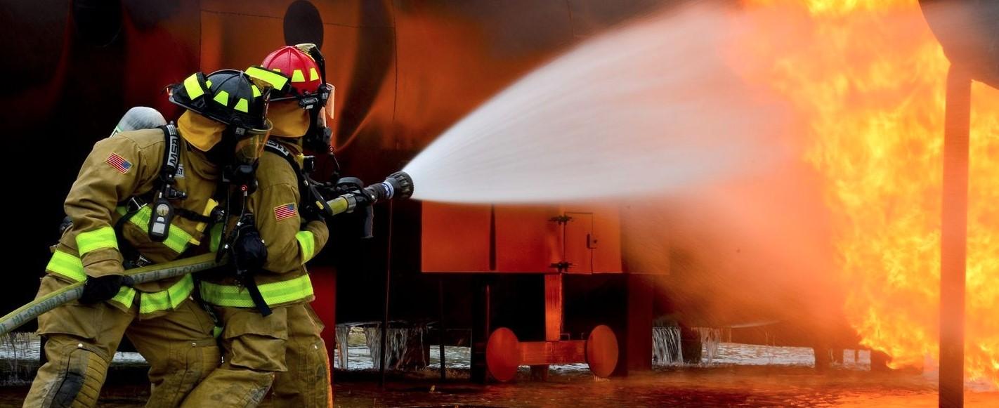 Пожарникарите се борят с пожар в турски курорт