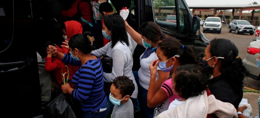 Микробус с мигранти се преобърна и се запали