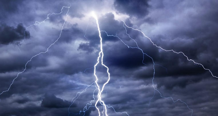 Силна буря в Полша причини големи материални щети