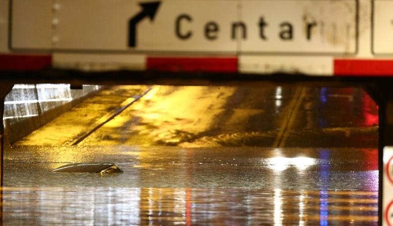Силнa буря и наводнени улици в Загреб и Сараево