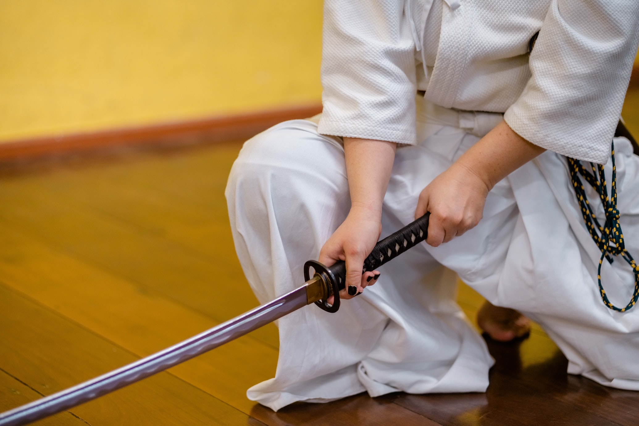 Мъж облечен като нинджа, атакува военни с меч катана в САЩ